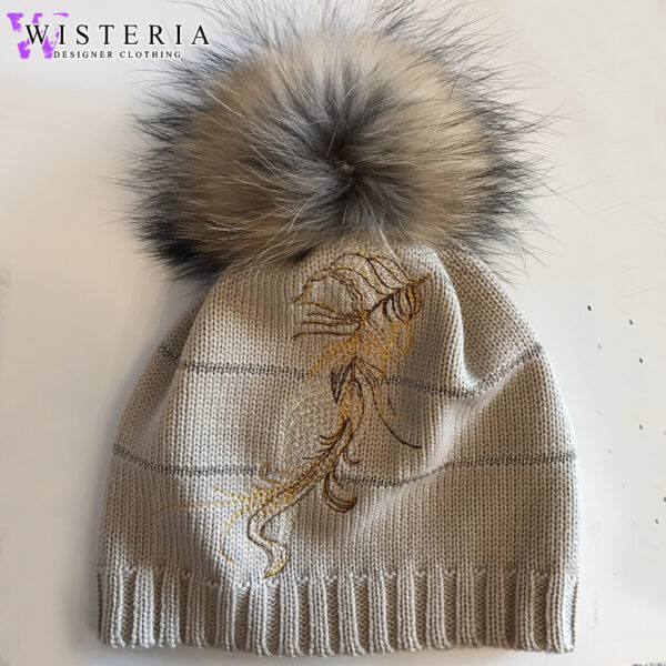 Женская шапка оттенка капучино с вышивкой и мехом от Wisteria