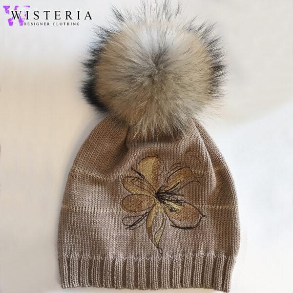 Женская шапка оттенка капучино с декором и мехом от Wisteria