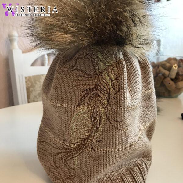 Женская шапка бежевая с вышивкой и мехом от Wisteria