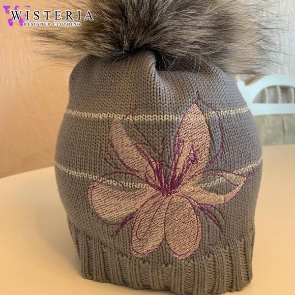 Женская серая шапка с цветочной вышивкой и мехом от Wisteria