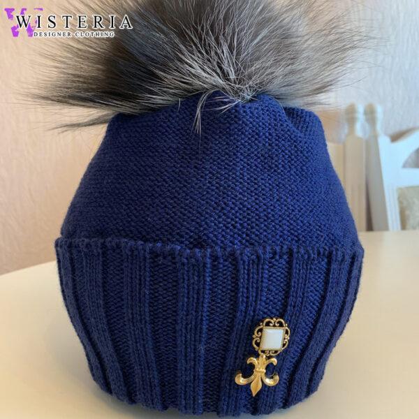 Вязаная шапка темно-синяя с декором от Wisteria