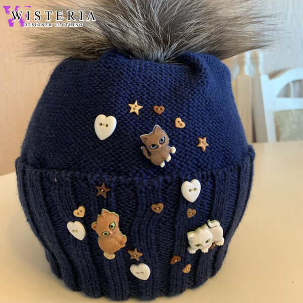 Вязаная темно-синяя шапка с декором от Wisteria