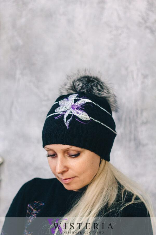 Женская шапка черная с декором и мехом от Wisteria