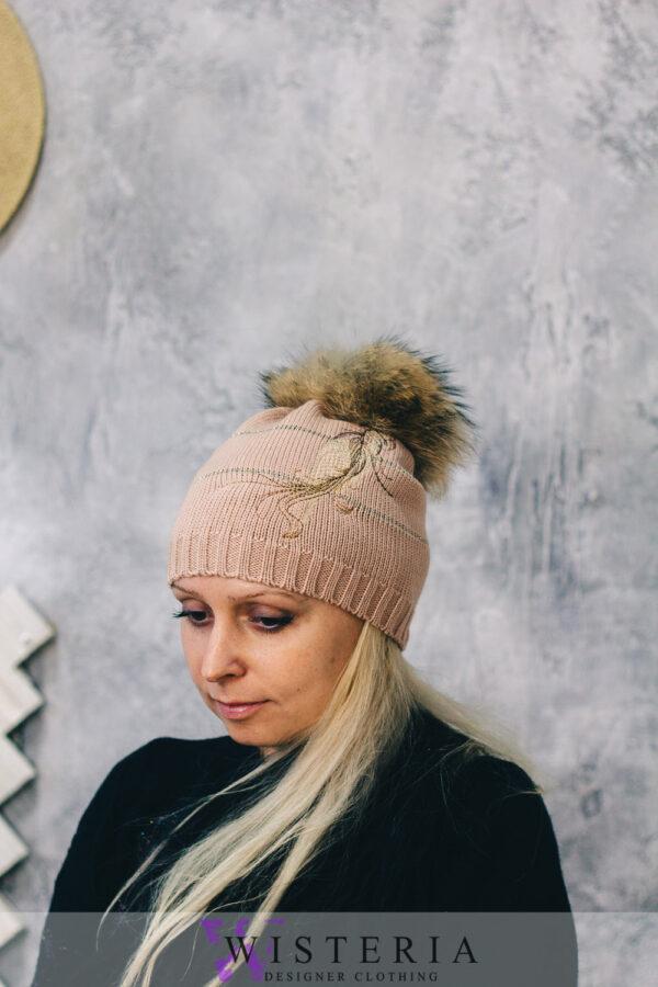 Женская шапка бежевая с декором и мехом от Wisteria