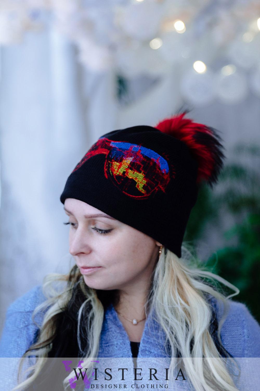 Темная шапка с мехом енота от Wisteria