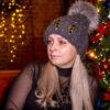 Серая шапка с бусинами и натуральным мехом от Wisteria