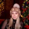 Вязаная бежевая шапка с жемчужными бусинами от Wisteria
